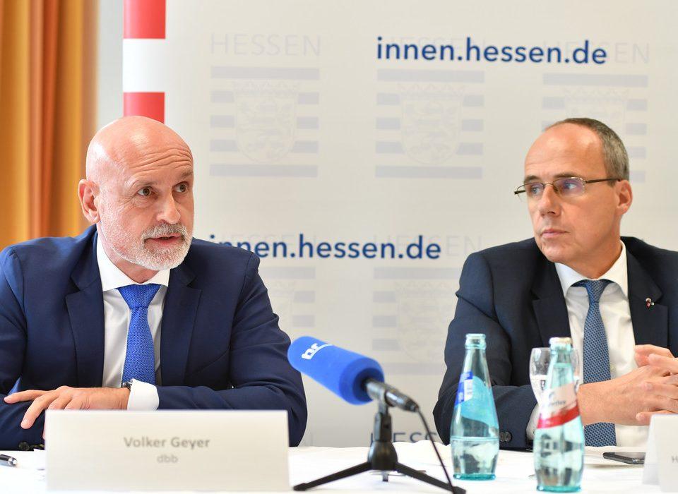 dbb Tarifchef Volker Geyer und Landesinnenminister Peter Beuth haben am 15. Oktober 2021 den Tarifabschluss für den öffentlichen Dienst in Hessen den Medien vorgestellt.